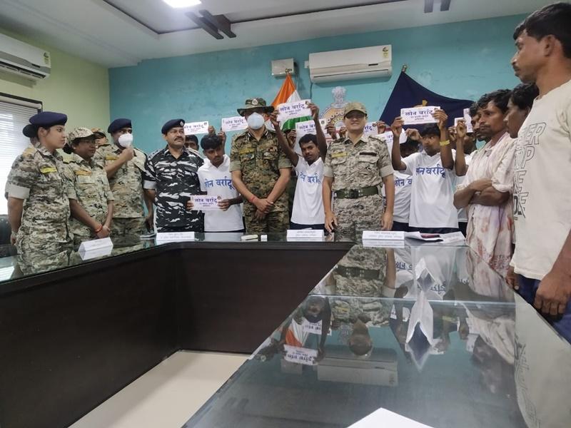 Dantewada News: पुलिस के हाथ लगी बड़ी कामयबी, 10 नक्सलियों ने किया आत्मसमर्पण