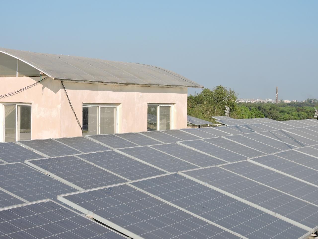 Indore Electricity News: आठ करोड़ की बिजली बनाईं इंदौर की छतों ने