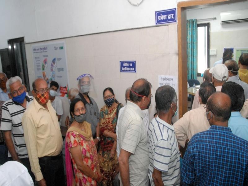 Corona Vaccination in Bhopal: समझ आई वैक्सीन की अहमियत... जेपी अस्पताल में 500 को लगना था टीका, 826 पहुंचे, भीड़ के चलते अफरा-तफरी