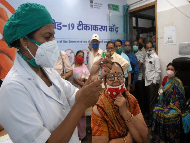 Corona vaccination in MP: आज से निजी अस्पतालों में सिर्फ पहले से पंजीकृत लोगों को ही लगेगा कोरोना का टीका