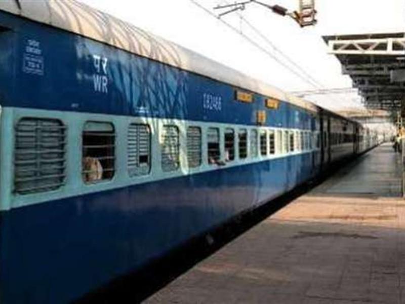 Jabalpur News: स्टेशन से ट्रेन निकलते ही कोच में अवैध वेंडर का कब्जा