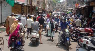 महू : तीन दिन बाद मिली छूट से बाजार में उमड़ी भीड़, उड़ी नियमों की धज्जिायां