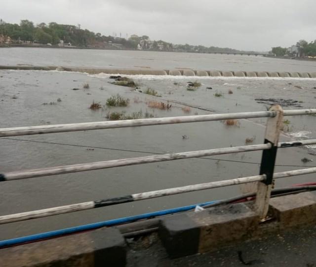 खरगोन की कुंदा नदी में आई बाढ़