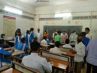 छात्रों के बीच बैठकर प्रमुख सचिव ने शिक्षकों की जांची योग्यता