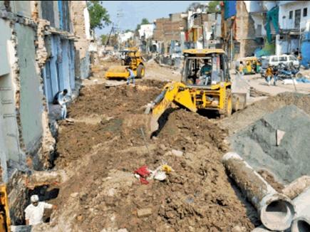 चार सालों में भी पूरा नहीं हो सका इंदौर में साढ़े तीन किलोमीटर सड़क का काम