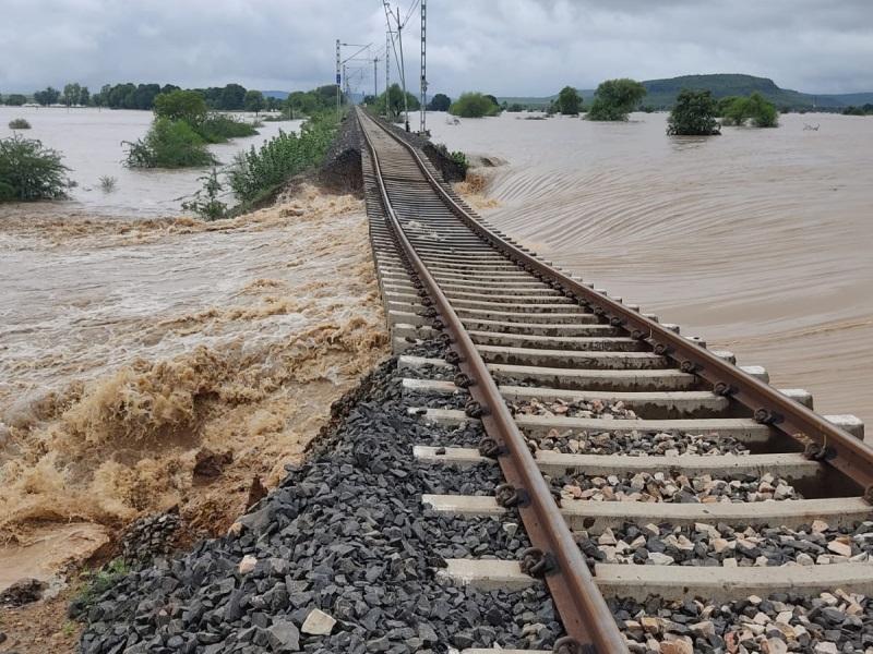 Bhopal Railway News: मूसलधार बारिश से क्षतिग्रस्त हुआ ट्रैक, एसएसई व चार गैंगमैन की सतर्कता ने बचाई 1300 जिंदगियां
