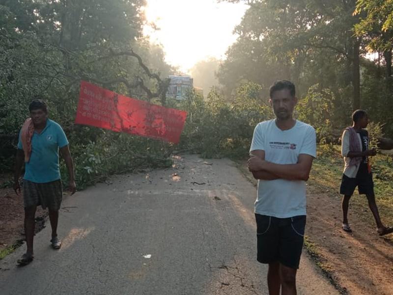 Dhamtari News: नक्सलियों ने पेड़ काटकर सड़क को कर दिया बंद, घोरागांव मुठभेड़ को बता रहे फर्जी