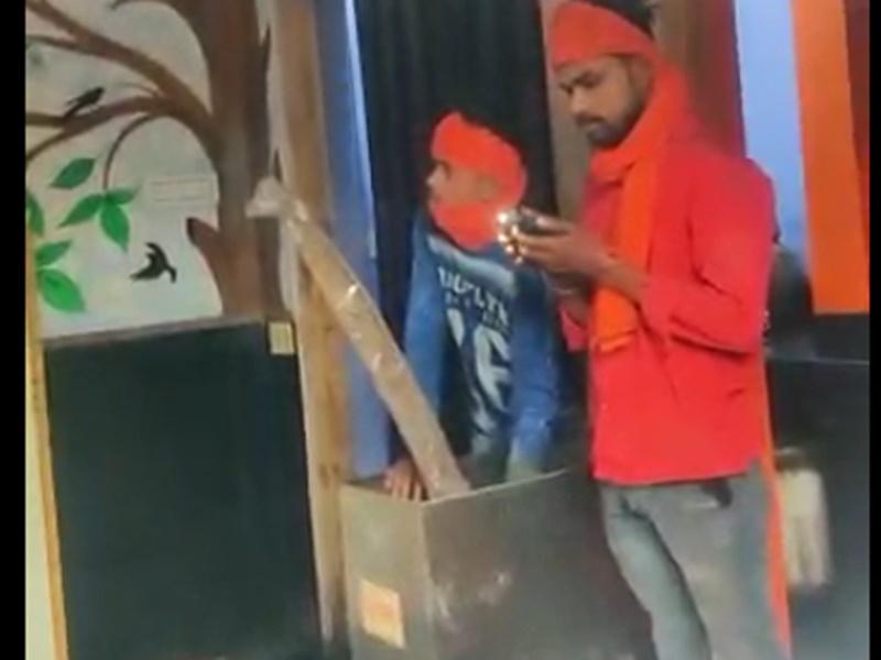 Korba News: मंदिर में घुसे चोरी करने, दान पेटी में चोर का फंसा हाथ, देखें लाइव वीडियो