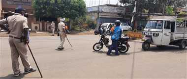 बाहर घूम रहे लोगों से सख्ती से निपट रही पुलिस