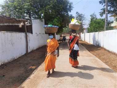 लाकडाउन में घर-घर जाकर महिलाएं बेच रहीं सब्जियां