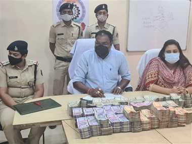 72 लाख रुपये के साथ दो हिरासत में