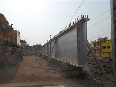 रेलवे से नहीं मिली अनुमति, नहीं चढ़ पाया गर्डर