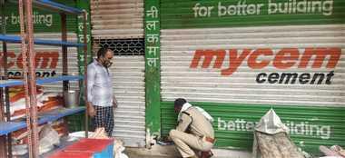 नहीं मान रहे व्यापारी, जांच में खुली दुकानों को पुलिस कर रही सील