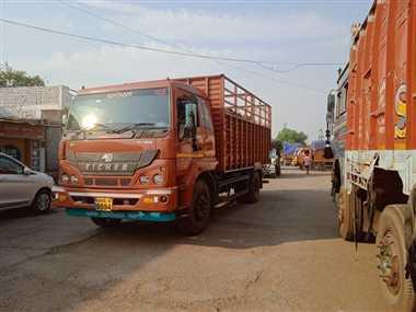 अनाज से भरे 14 ट्रक पकड़े गए, 15 हजार जुर्माना