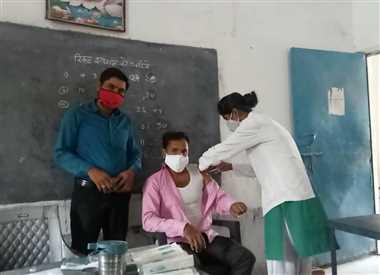ग्रामीण उत्साह से लगवा रहे कोरोना के टीका