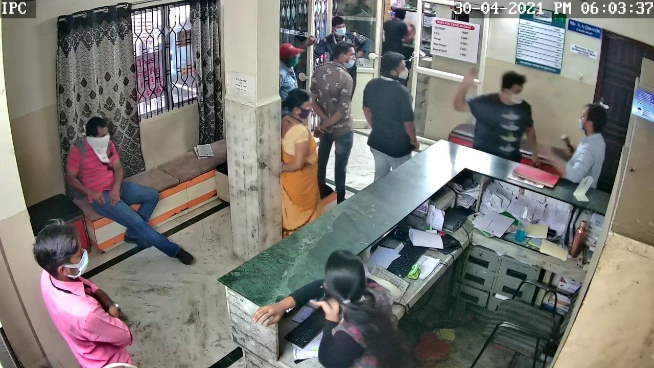 Indore crime news: वेंटिलेटर का मना करने पर अस्पताल जलाने की धमकी, डाक्टर का चेंबर तोड़ा