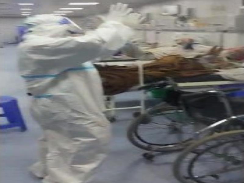 Bhind corona Virus News: खुशी का डोज: कोविड आइसीयू में रात 3 बजे पीपीई किट पहने मेल नर्स का डांस, वीडियो वायरल