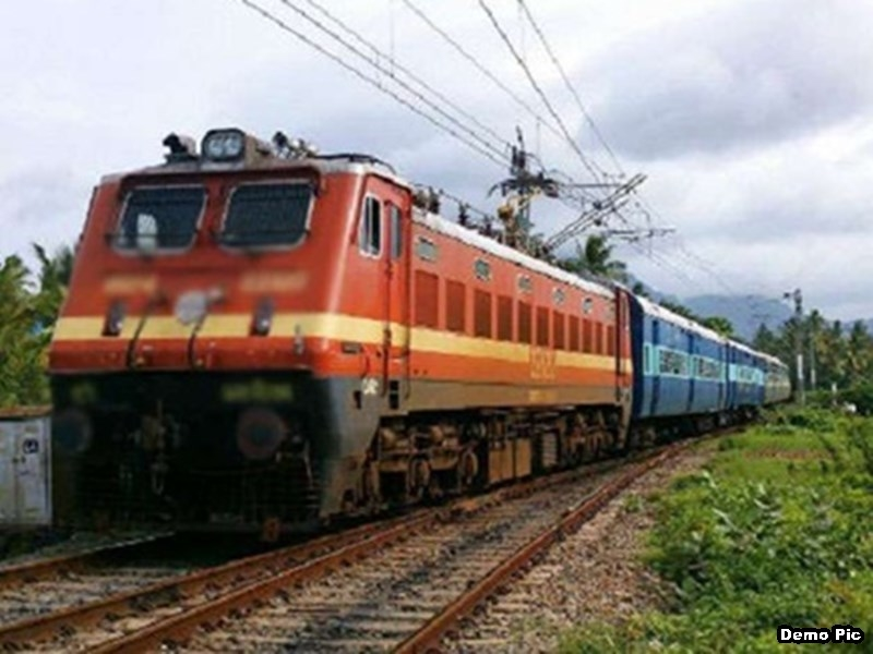 Bilaspur Railway News: एसी कोच से हटे पर्दे की जगह लग रहे रोलर ब्लाइंड