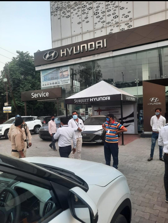 Indore News: शो रूम का मैनेजर पीछे के रास्ते से कर रहा था वाहनों की बुकिंग, सील किया