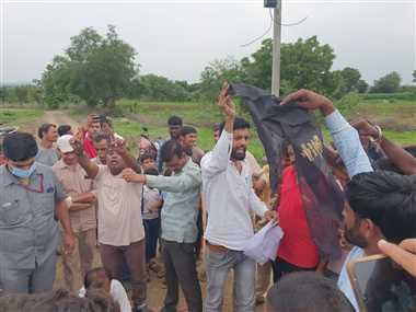भूमिपूजन के दौरान फिर हुआ बच्चन का विरोध, ग्रामीणों ने दिखाया काला झंडा