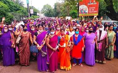 वेतन, सुविधाएं बढ़ाने की मांग लेकर महिला कर्मचारी सड़क पर उतरीं