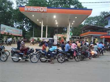 श्योपुरः पेट्रोल पंप व गैस एजेंसी पर लगी भीड़