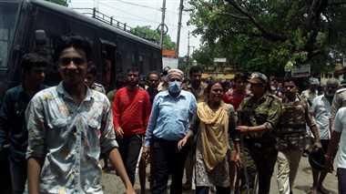 श्योपुरः बाढ़ पीड़ितों को 3 दिन बाद भी नहीं मिली राहत, कलेक्टर-एसपी से अभद्रता कर दौड़ाया, गाड़ी पर पथराव किया