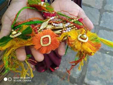 इस बार भाइयों के कलाईयों पर सजेंगी अलसी, केला व पटसन के रेशे से बनी राखियां