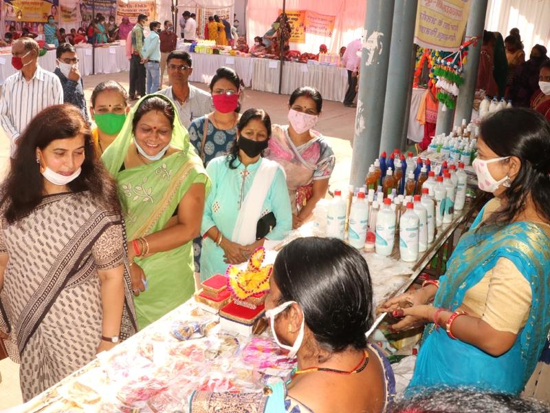 Durg News : हुनरमंदी के साथ-साथ उद्यम की ओर अग्रसर हैं महिलाएं