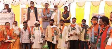 लगभग दो दर्जन कांग्रेसी और गोंडवाना के कार्यकर्ताओं ने ली भाजपा की सदस्यता