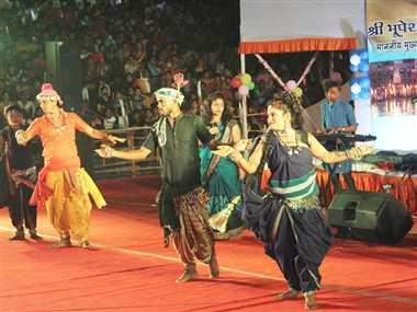 महोत्सव मंच पर बिखर रही छत्तीसगढ़ी संस्कृति की अनुपम छटा