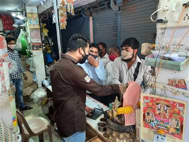 खंडवा : दो गज दूरी का पालन नहीं करने वाले व्यवसायियों पर सख्ती