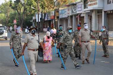 कोरोना कर्फयू में खोलकर बैठे थे दुकान, बेच रहे थे सामान, पुलिस ने की कार्रवाई