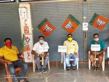 बंगाल हिंसा के विरोध में भाजपा कार्यकर्ताओं ने घरों में किया  प्रदर्शन