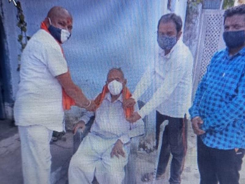 Madhya Pradesh News: 100 वर्षीय बुजुर्ग ने दी कोरोना को मात, स्वस्थ होकर लौटे अपने घर