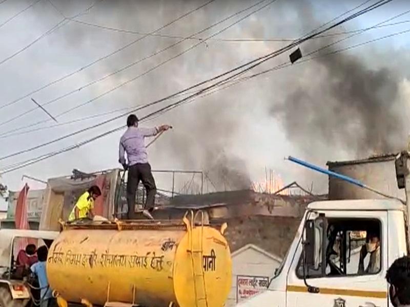Fire in Indore:  मिलन गार्डन के अंदर चौकीदार के घर में आग, सिलेंडर फटा, देखें वीडियो