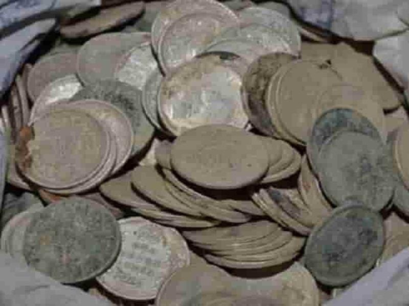 Burhanpur News : अकबर काल के चांदी के सिक्कों से भरा घड़ा मिला, सड़क बनाने को हो रही थी खुदाई