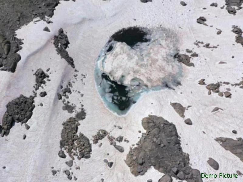 इटली के Alps पर्वत पर मिली गुलाबी बर्फ, वजह जानने में जुटे वैज्ञानिक