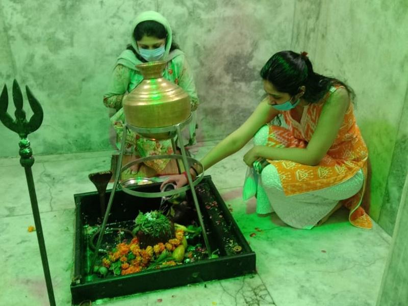 Sawan 2020: श्रावण के पहले सोमवार पर शिवालयों में उमड़े भक्त, किया फिजिकल डिस्टेंसिंग का पालन