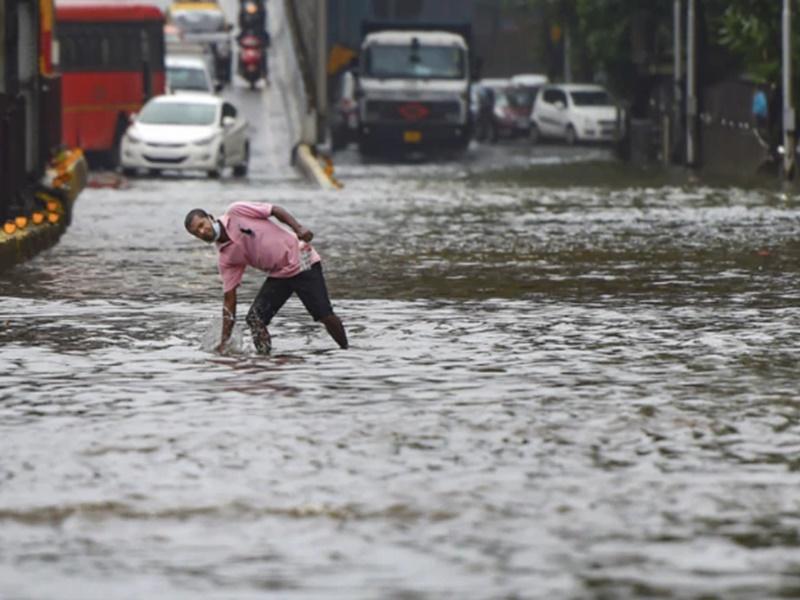 Monsoon in India: गुजरात में भारी बारिश, एनडीआरएफ की टीमें तैनात, मुंबई आज भी पानी-पानी