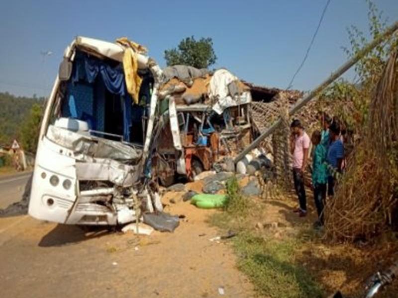 Korba News: मजदूरों को लेकर बनारस जा रही बस ट्रक से टकराई, एक की मौत, आठ घायल
