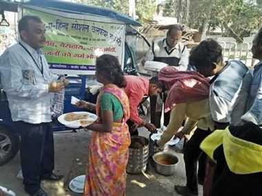 लाकडाउन खत्म होने के बाद भी निर्धनों को भोजन कराने की सेवा में लगी सर्व समाज की संस्था