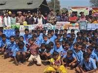 जवानों ने छात्र-छात्राओं को दी खेलकूद और जरूरत की सामग्री