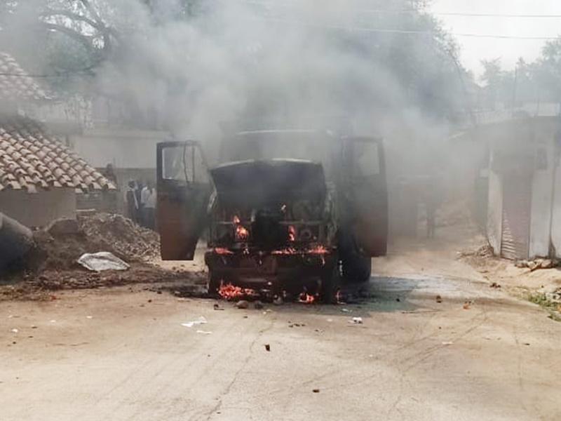 Mandla News: रेत भरे मिनी ट्रक ने बालक को कुचला, ग्रामीणों ने फूंका वाहन
