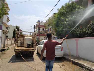 नगर के विभिन्न स्थलों में रोजाना वृहद स्तर पर किया जा रहा सैनिटाइजेशन कार्य