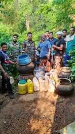 नेतनागर जंगल में सुलगती भट्ठी से 215 लीटर शराब जब्त