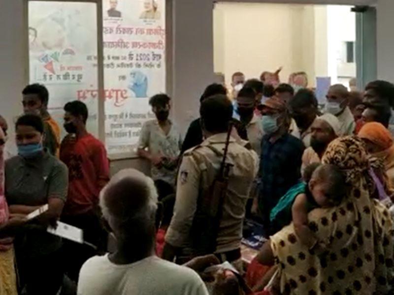 Covid Vaccination Khandwa: खंडवा में वैक्सीन खत्म, लोगों ने जिला अस्पताल के केंद्र पर किया हंगामा