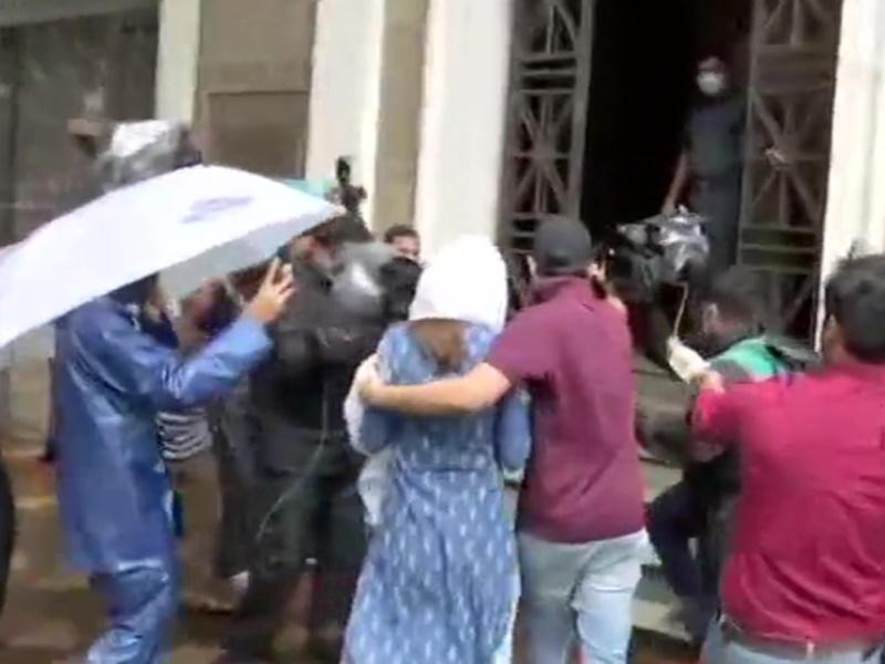 Sushant Rajput Live Updates: ED ऑफिस में रिया से पूछताछ जारी, दो घंटे बाद निकले भाई शोविक