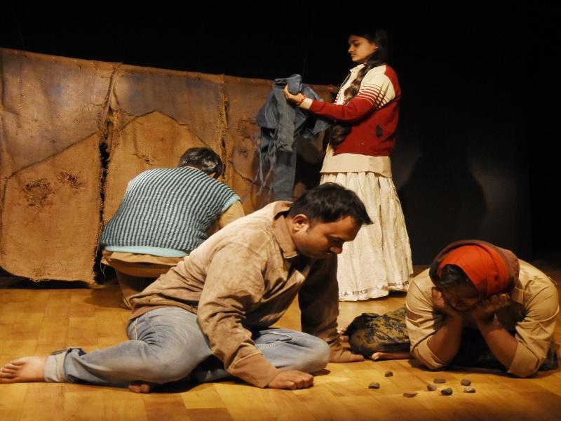 """Bhopal News:  युद्ध से हमेशा दुख ही मिलता है, गांधी भवन में नाटक 'कैंप"""" का मंचन"""