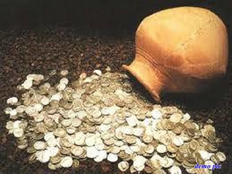 Aligarh news: टीले की खुदाई में मिला चांदी के सिक्कों से भरा कलश, मच गई लूट